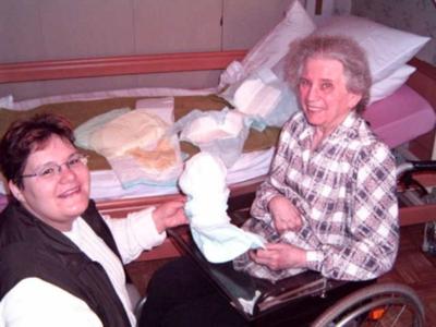 Bild: Usere fachliche Leiterin Frau Hörner bei der Beratung einer Kundin zu Hause